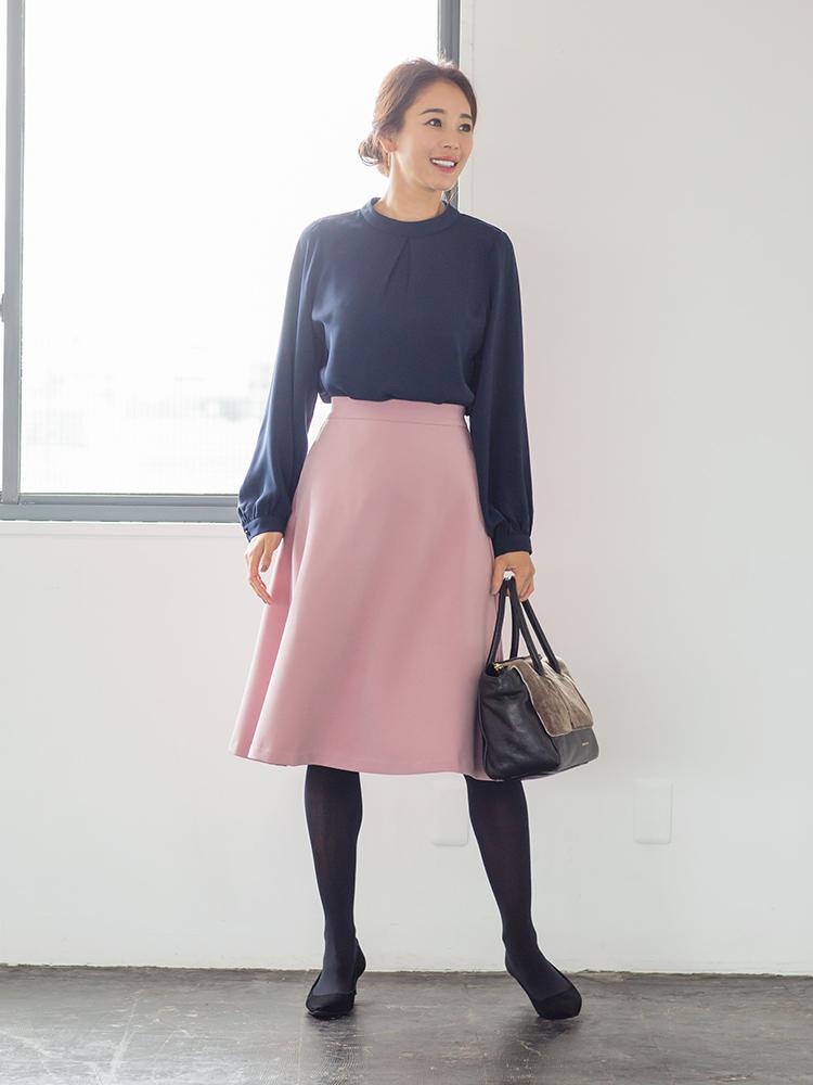 「甘くなりすぎない渋みを残したピンクなら、大人にも難なくマッチ。ネイビーのブラウスで品格をキープしたら、きちんと女っぽい褒められスタイルの完成。トレンド感満載なファーバッグでおしゃれポイントも抜かりなく」(スタイリスト・坂野陽子さん)