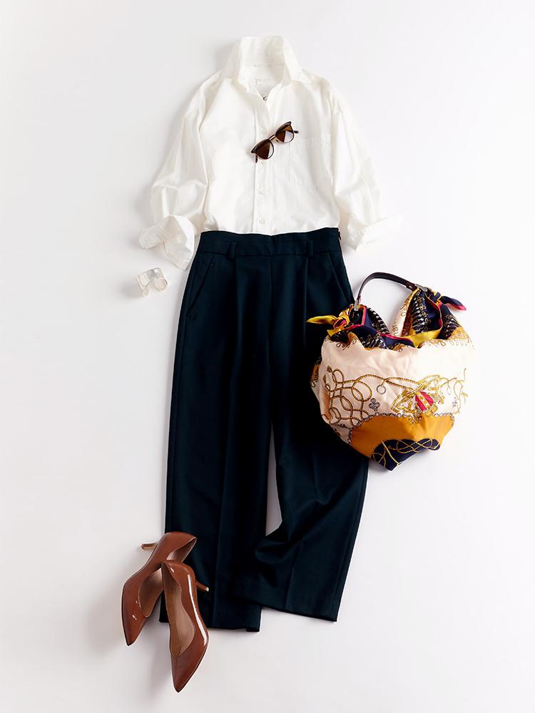 「ザクッとしたゆるシルエットの白シャツにワイドパンツを合わせた王道ハンサムスタイルには、鮮やかなスカーフ柄のバッグで華やぎをプラス。しっとりとした艶めきが美しいパンプスで、足元からほんのりと女っぽさを醸して」(スタイリスト・坂野陽子さん)