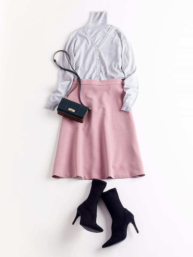 「柔らかさの中に女っぽさを潜ませたグレー×ピンクの洗練エレガンスなスタイリングに、ミニバッグとブーツでカジュアルなエッセンスをひとさじ。品の良さを意識しつつちょっぴりトレンドを香らせた、ひとクセある大人フェミニン」(スタイリスト・坂野陽子さん)