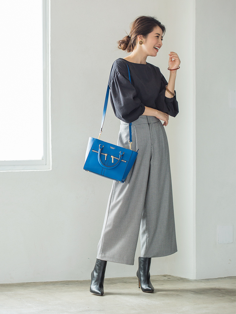 「ブラックトップスにチェック柄のパンツを合わせたモノトーンのシンプルシックな着こなしに、カラーバッグでパキッと映えるアクセントをプラス。ピンヒールのブーティを足元に添えれば、パンツスタイルもグッと女っぽく」(スタイリスト・坂野陽子さん)
