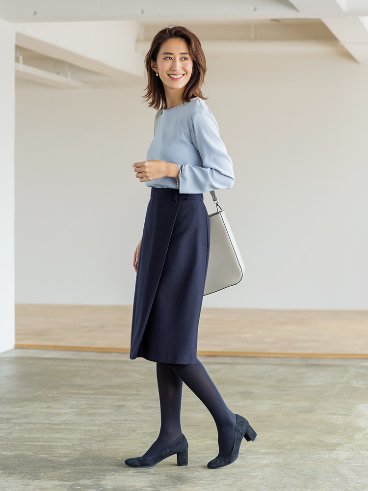 「気品と清潔感を全面に押し出したブルートーンのコーディネートは、スマートなミディアム丈のスカートでより端正なイメージをアピール。隙なくクリーンに仕上がったスタイリングで、全方位好感度アップを狙ってみて」(スタイリスト・坂野陽子さん)
