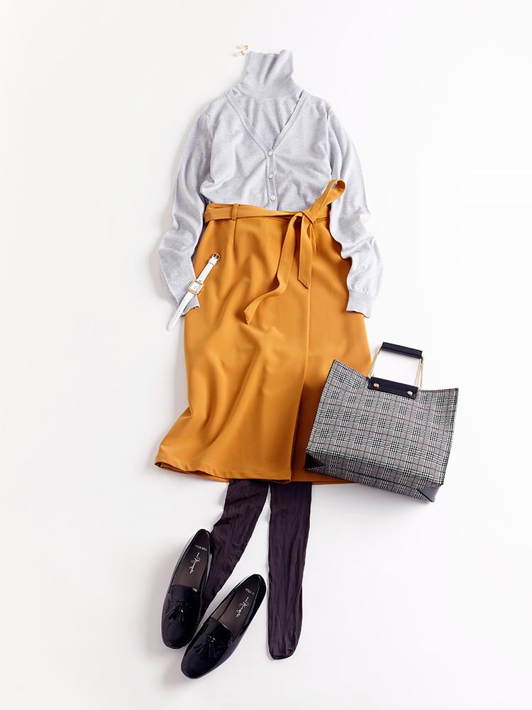 「スカートにニットアンサンブルを合わせたオーセンティックなレディスタイルは、オフィスでもきちんと品の良さを発揮。チェック柄がシックに映えるバッグと艶めきローファーで抜かりなく仕上げ、正統派なグッドガールを気取って」(スタイリスト・坂野陽子さん)