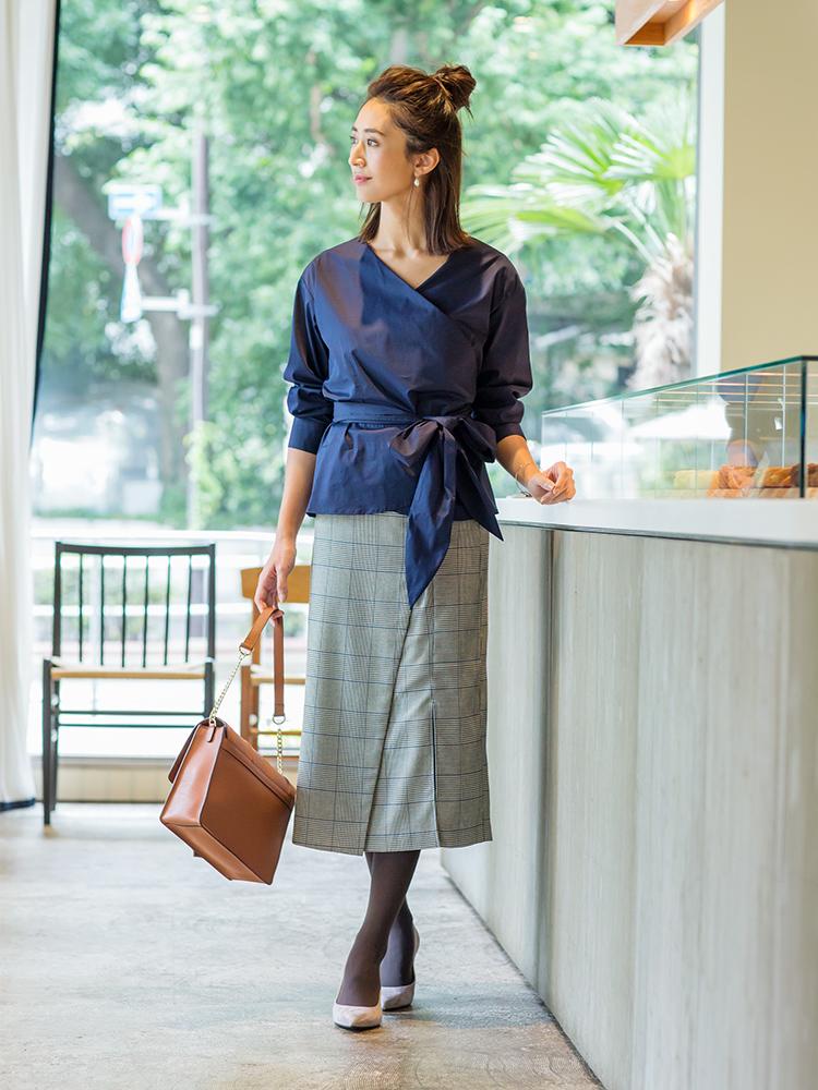 「デコルテを美しくまとめ、さらにメリハリもを叶えてくれるカシュクールトップスを、トラッドなムード香るチェック柄のスカートで女っぽく引き締めて。かっちりフォルムのバッグとパンプスで大人の品格もきちんと」(スタイリスト・坂野陽子さん)
