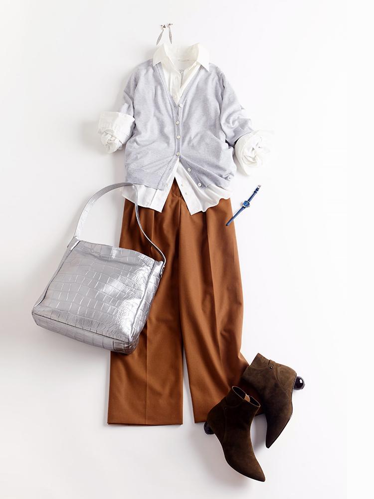 「クリーンなシャツ、カーディガン、ワイドパンツを合わせたベーシックコーディネートに、小物でアレンジを加えて個性をオン。メタリックに輝くバッグと丸ヒールがユニークなブーツで、ファッションへのこだわりを香らせて」(スタイリスト・坂野陽子さん)
