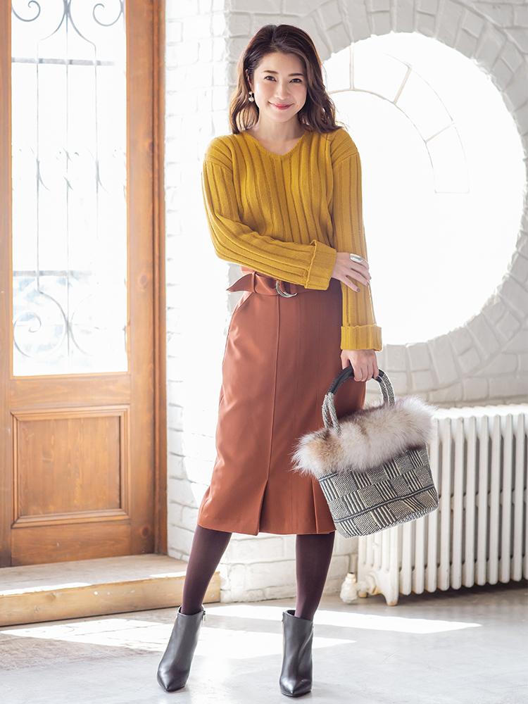 「イエローのニットとこっくりブラウンのスカートを合わせるだけで、洗練度の高い同系色コーデが完成。小物も微妙にトーンの異なるブラウン系でまとめれば、より上級者な雰囲気が叶います。縦にほっそりと見せるIラインのシルエットでスタイルアップ効果も◎」(スタイリスト・坂野陽子さん)