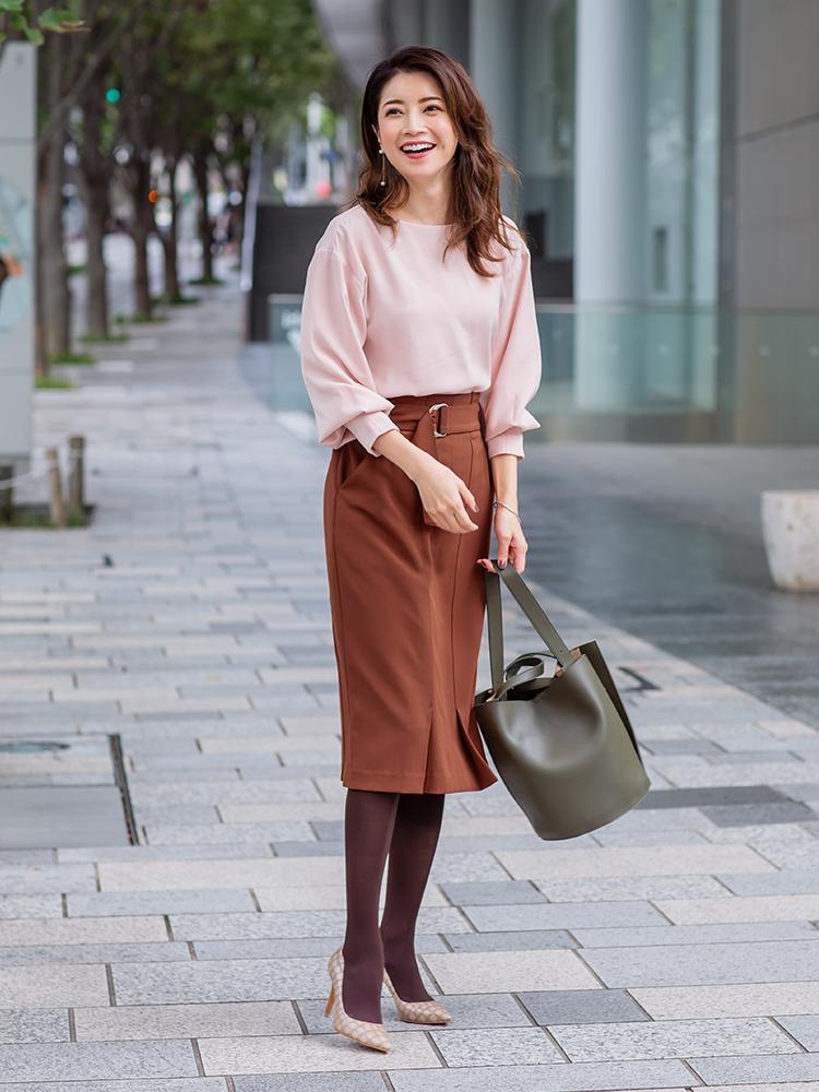 「くすみピンクのブラウスと馴染みが抜群なブラウンのタイトスカート。マイルドな配色が、女性らしいやわらかな雰囲気を際立てます。小物はカーキのバッグやクロコの型押しパンプスで、ちょっぴり辛口なアクセントを効かせて印象を引き締めて」(スタイリスト・坂野陽子さん)