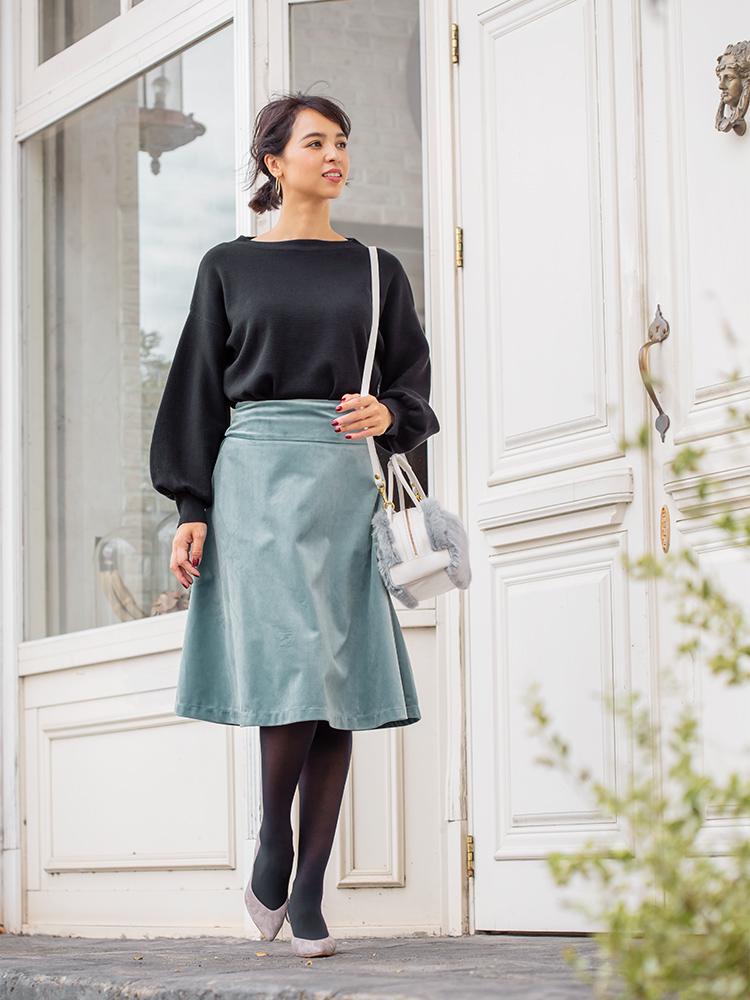 「ブラックのバルーンスリーブニットにブルーグレーのフレアスカートを合わせて、フェミニンさ際立つシルエットをメイク。シックな配色のおかげで甘さがトゥーマッチにならず、誰からも好印象な褒められスタイルが完成します。小物は色馴染みのいいグレーが◎」(スタイリスト・坂野陽子さん)