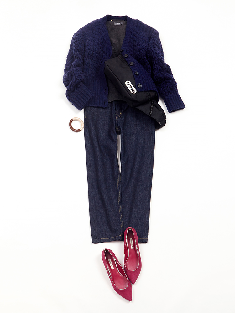 「カーデ&デニムのラフな表情の中に、きちんと感もあるトップスをイン! バッグは両手が使えるクロスボディバッグで軽快に仕上げて。足元はダークトーンに映えるピンクのフラットパンプスで、カジュアルな中にも女性らしさを忘れずに」(スタイリスト・坂野陽子さん)