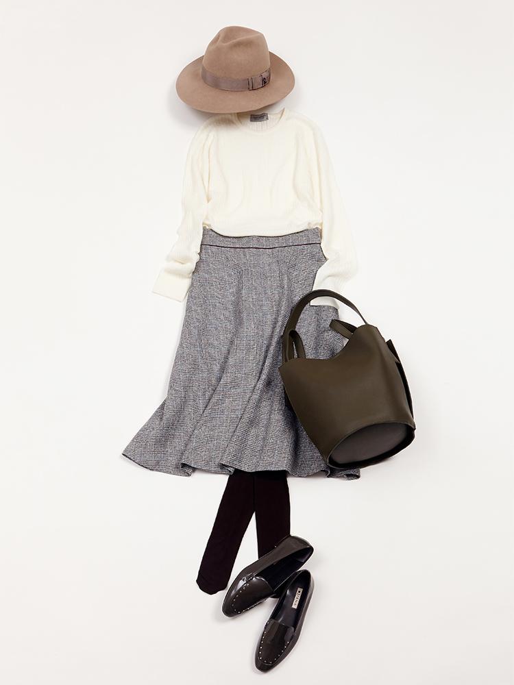 「グレンチェック柄のスカートに白ニットを合わせて、清廉さを感じるクラシカルなレディスタイルをメイク。一歩上級の印象へとステップアップするなら、ハットやローファーなど、あえてマニッシュなアイテムを投入したテイストMIXにトライしてみて」(スタイリスト・坂野陽子さん)