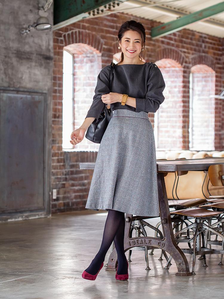 「マニッシュに偏りがちなトラッドスタイルも、やさしく揺れるグレンチェック柄スカートなら女性らしく決まるはず。ショルダーのボタンがアクセントになったトップスと合わせれば真面目過ぎる印象にならず、程よいこなれ感も叶いそう。パンプスはボルドーで華やぎをオン」(スタイリスト・坂野陽子さん)