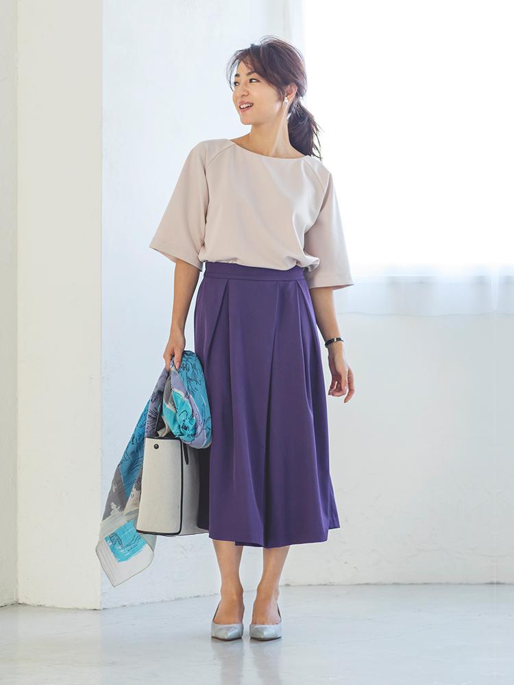 「女性らしい柔らかな魅力を高めてくれるトップスに、深みのあるパープルのスカート見えパンツを合わせて、オフィスにもマッチする気品を意識。春らしい軽やかさを感じさせるスカーフはあえて手持ちして、華やぎをアピールして」(スタイリスト・坂野陽子さん)