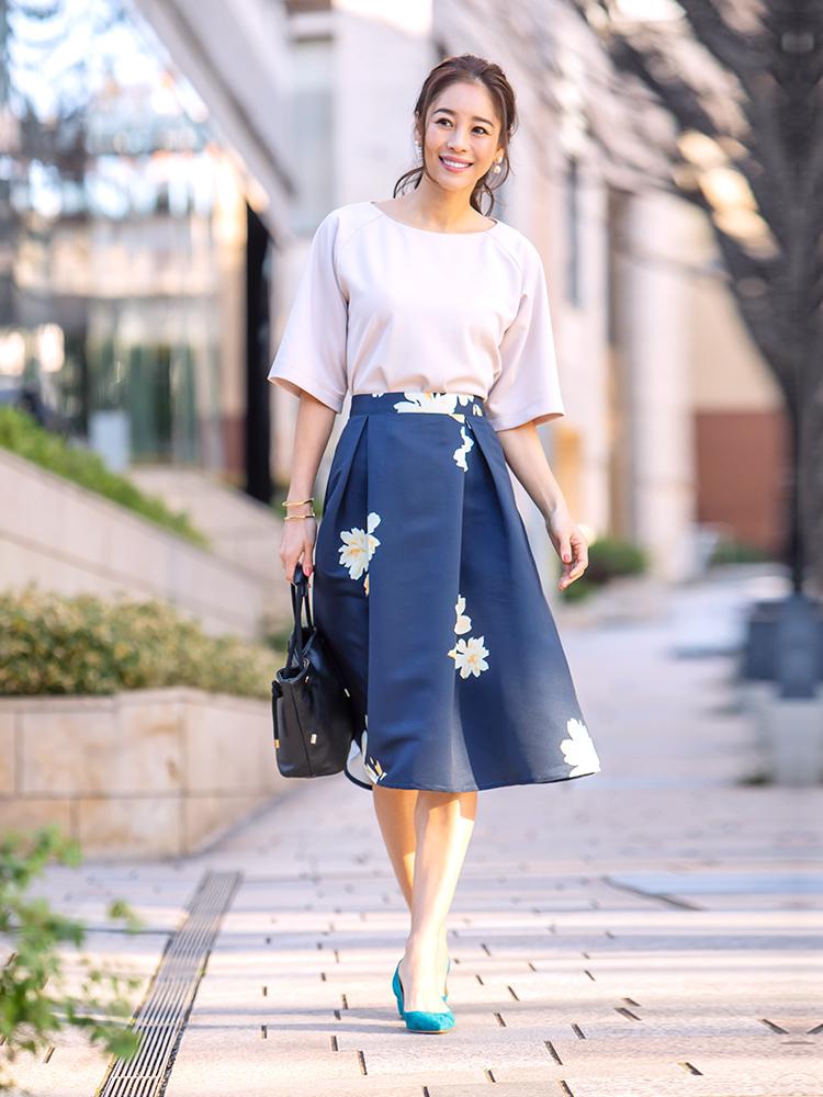 「今日はエレガントに決めたい! そんなお出かけシーンには優し気なカラーリングのカットソーに、ドラマティックな華やぎを見せる花柄スカートで抜かりなくレディに。足元にはあえて鮮やかパンプスを合わせて、よりシーズンらしく」(スタイリスト・坂野陽子さん)