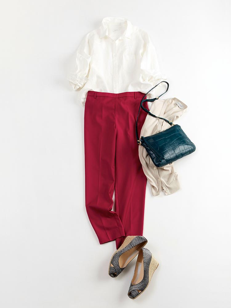 「温かな日差しに誘われて、今日は久しぶりのお出かけ。シャツとパンツのハンサムな着こなしに、女っぽさとカジュアルが同居するシューズを合わせて旬なムードをアピール。シャツは抜き襟×袖のロールアップで、抜け感を添えて」(スタイリスト・坂野陽子さん)