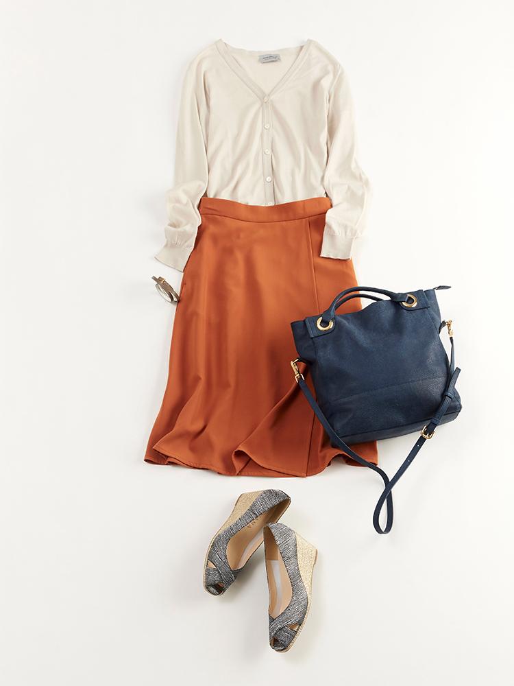 「ハイゲージ編みのクリーンなニットと、緩やかに広がるフレアシルエットが美しいスカートが好マッチ。清潔感とフェミニンなムードを持ち合わせた大人レディな鉄板コーディネートは、誰からも褒められること間違いなし」(スタイリスト・坂野陽子さん)