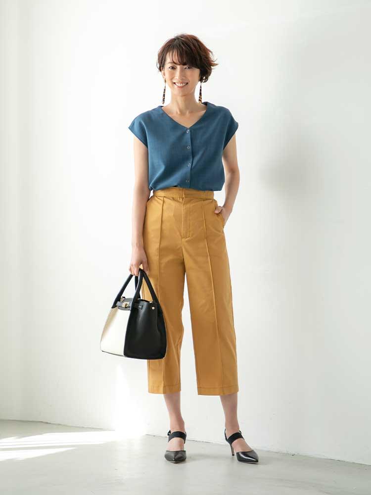 「春夏に映えるブルーのブラウスを、ハンサムなタックパンツでマニッシュライクに。黒小物でキリリとまとめた装いは、お仕事シーンでも好印象を与えてくれるはず。足元にはヒールをチョイスして、背筋がすっと伸びるようなスタイリングに」(スタイリスト・杉本知香さん)