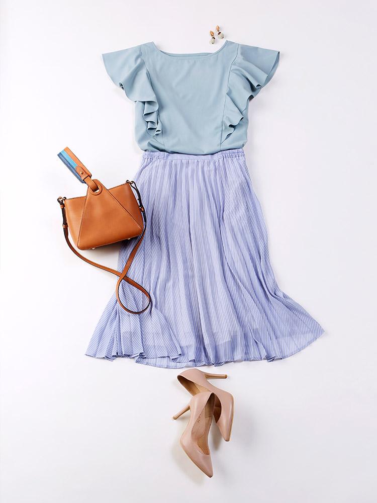 「軽やかな可愛さを誘うブラウスに、ストライプ柄のスカートが好マッチ。見た目にも涼やかな女子っぽ爽やかスタイルは、オフィスでもシーズンライクに映えそう。足元にはヒールをチョイスして大人レディなエッセンスも添えて」(スタイリスト・杉本知香さん)