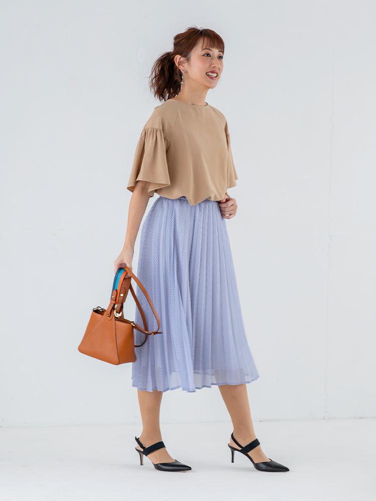 「柔らかな印象を与えるベージュは、ストライプ柄のスカートとも優しくマッチ。さらりと揺れるフレアスリーブが、涼しげなムードを醸してくれそう。暑い季節の通勤シーンに清涼感を与える、爽やかレディなデイリースタイル」(スタイリスト・杉本知香さん)