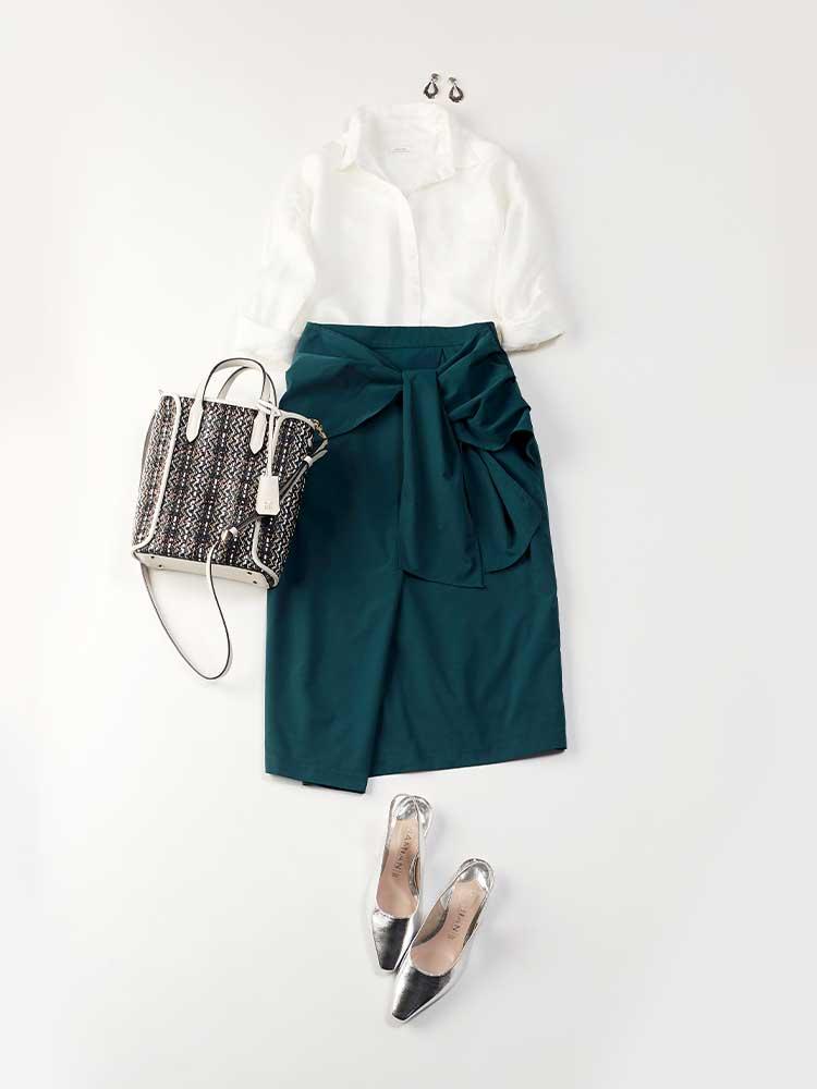 「こっくりとしたダークグリーンのスカートに、爽やかなリネンシャツを合わせて、通勤にフィットするクリーンな着こなしをメイク。ちょっぴり個性的なバッグとシューズで、大人の女性ならではの遊びを効かせてそれとなく差をつけて」(スタイリスト・杉本知香さん)