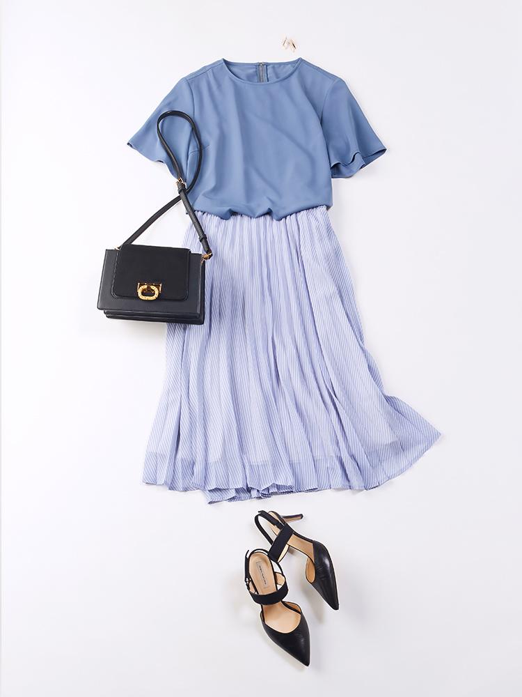 「ちょっぴりくすんだニュアンス感のあるブルーのブラウスに、ストライプ柄のスカートを合わせて、爽やかながら落ち着きのある着こなしに。ブラックのバッグでキリリと全体を引き締めて、どこか凛としたムードも香らせて」(スタイリスト・杉本知香さん)