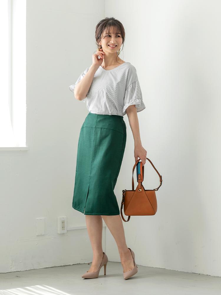 「フレッシュなストライプ柄のブラウスを、落ち着きのあるやや深いグリーンのスカートで大人っぽく引き締めて、凛としたムードにシフト。シーズンらしい軽やかさと知的な雰囲気を持ち合わせた着こなしは、オフィスでも好印象」(スタイリスト・杉本知香さん)