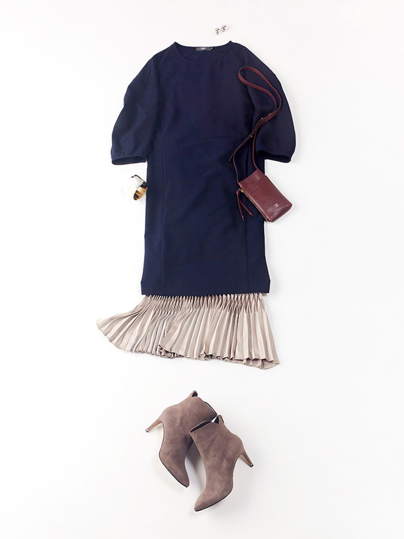 「今シーズンも人気継続のワンピース×ロングスカートの縦長コーディネートで、旬なムードを満喫。ベーシックになりがちなダークカラーのワンピースも、構築的なプリーツが美しい光沢スカートを合わせて立体感のある装いにシフト」(スタイリスト・坂野陽子さん)