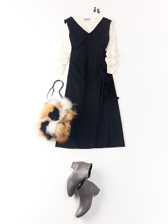「ボリュームのあるマルチカラーのファーバッグで、シンプルニット合わせのジャンパースカートコーディネートを大人っぽくリュクスにスイッチ。たっぷり歩く日も安心のローヒールのショートブーツで、秋のお出かけを満喫して」(スタイリスト・坂野陽子さん)