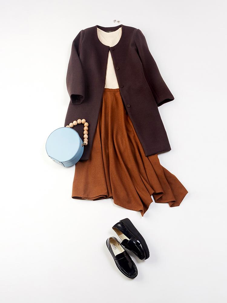 「コートのブラウンとスカートのオレンジキャメルを繋いで、まさにシーズンライクなスタイリングに。明るめのキッチュなバッグで休日コーデを印象的に。ウェッジソールのローファーで、歩きやすさをともに個性を演出」(スタイリスト・坂野陽子さん)