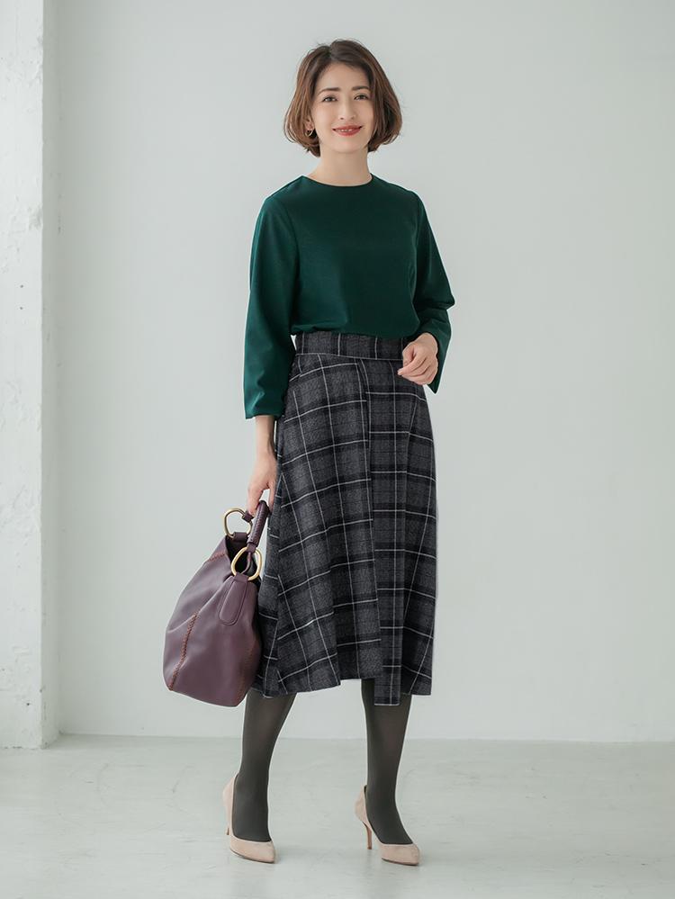 「大人の女性のエレガンスを引き立てる美しいグリーンのブラウスを、トラッドなチェック柄を浮かべたスカートでシックにシフト。レディなムードも清潔感も持ち合わせたコーデは、お仕事後の約束にも難なく対応してくれるはず」(スタイリスト・坂野陽子さん)