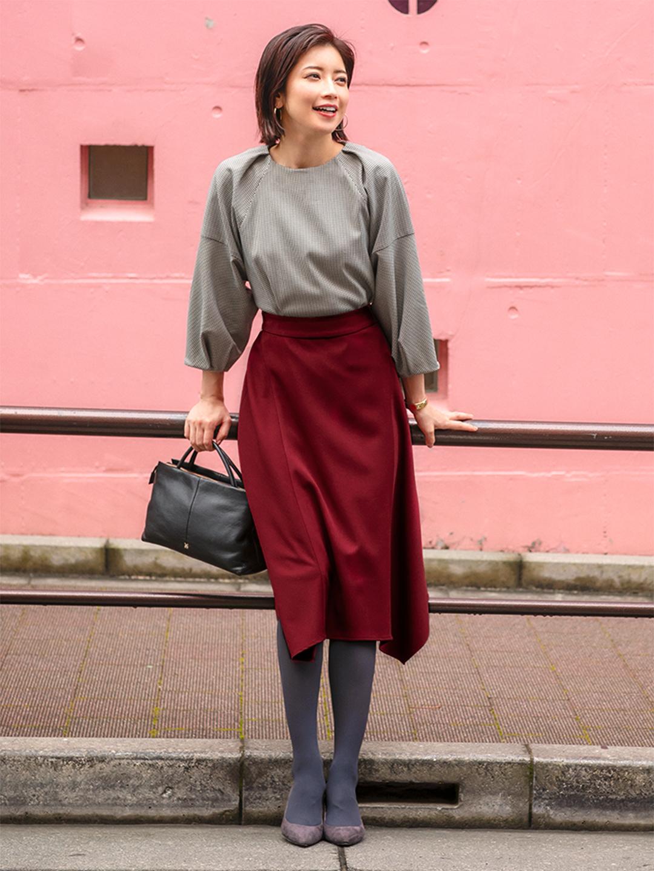 「ちょっぴりカジュアルな千鳥格子柄ブラウスに、イレギュラーヘムがモダンに揺れるスカートで都会的な女性っぽさを意識。バッグやシューズなどの小物をダークカラーでキリリと引き締めた、レディシックなオフィススタイル」(スタイリスト・坂野陽子さん)