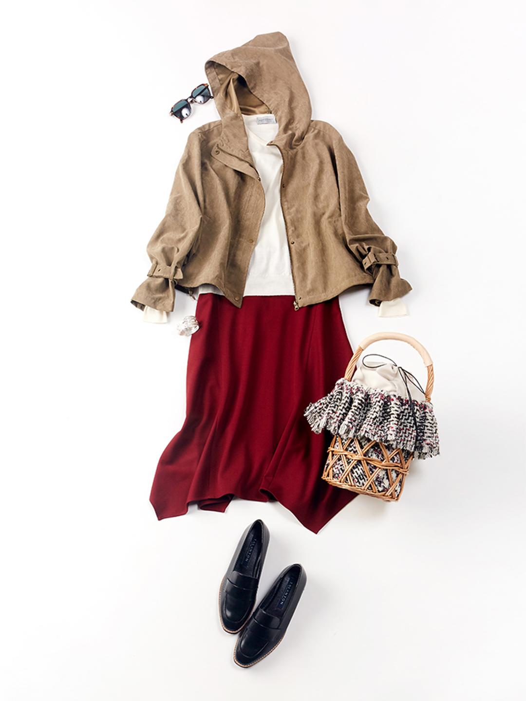 「春先のお出かけはサクッと羽織れるマウンテンパーカが便利。深いボルドーが美しいスカートを主役に、気取らないアイテムでカジュアルダウンしたコーデで秋の小旅行はいかが?」(スタイリスト・坂野陽子さん)