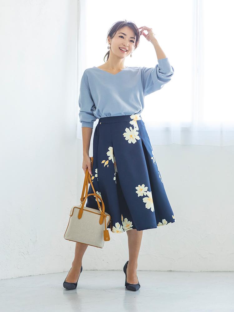 「清涼感溢れる素材とカラーリングが春の気分にマッチするニットは、大ぶりフラワー模様が目を引くスカートでレディにまとめて。程よい落ち着きのあるブルー系のコーディネートなら、フェミニンな着こなしもきちんと大人顔に」(スタイリスト・坂野陽子さん)