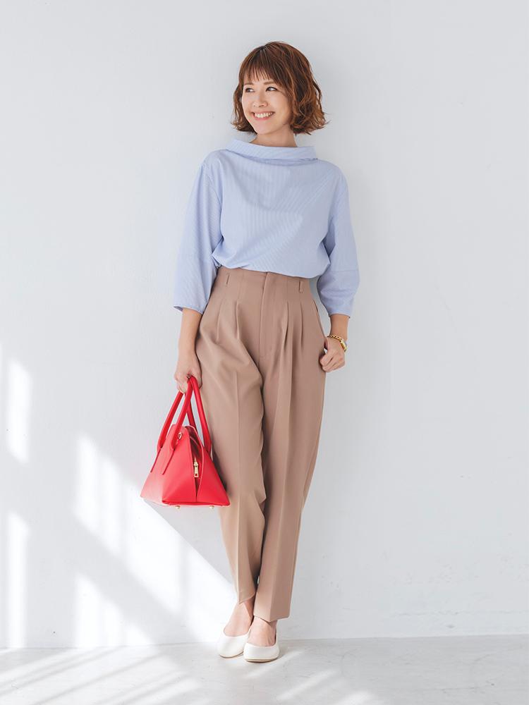 「立体的な襟元がちょっぴりモダンなブラウスに、スマートなタックパンツを合わせて、ハンサムな都会派スタイルに。きちんと感を活かしつつもどことなく醸し出るカジュアルなムードは、歩きやすいフラットなシューズのおかげ」(スタイリスト・坂野陽子さん)