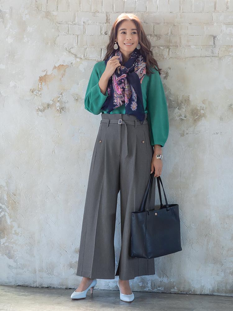 「お仕事服としては定番のグレーパンツをはっきりとした綺麗色ニットであか抜けさせて。イヤリングやバングルなどはあえて大ぶりなものをセレクトして、洒落感をアップさせます。防寒にもひと役かってくれるストールで、顔まわりに柔和な表情をプラス」(スタイリスト・坂野陽子さん)