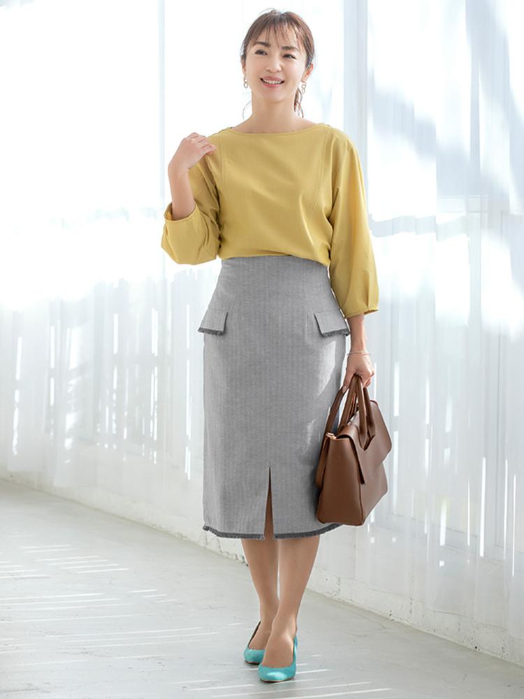 「ライトイエロートップスを主役に足元には明るいグリーンをトッピングして大人の遊び心を。明るめカラーと相性のいいほどよい軽さのあるスカートは、全体の色を繋いでくれます。茶色のバッグでさらに全体のトーンをあげて優しいニュアンスと落ち着きを」(スタイリスト・坂野陽子さん)