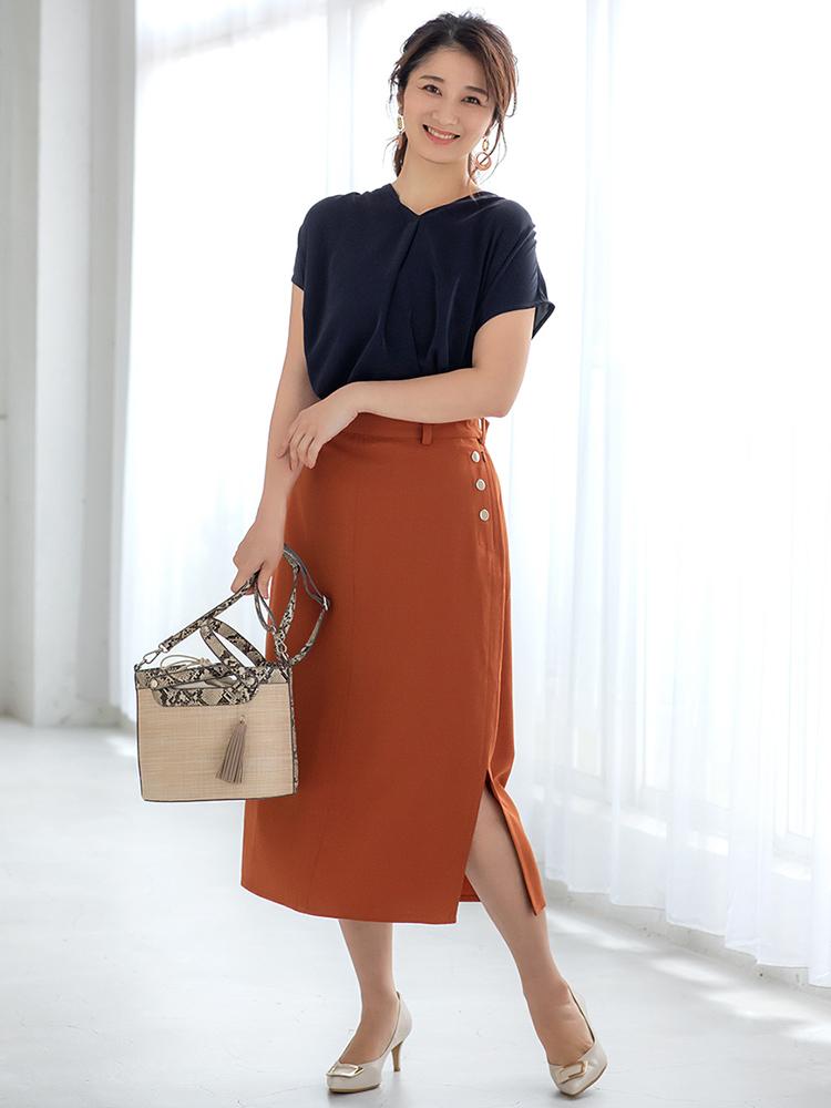 「お互いを引き立てあうネイビー×テラコッタの反対色カラーリングで、華やかで印象的なスタイルに。小物は柔らかで上品なベージュでまとめてスカートを主役にすれば、女性らしさが際立つ夏のお仕事カジュアルが完成です」(スタイリスト・坂野陽子さん)