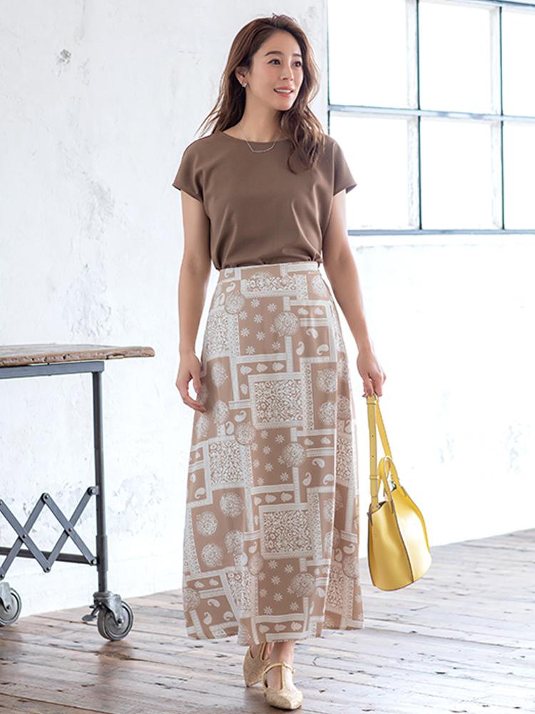 「モカブラウン〜ベージュの優美な印象をつくり出すまろやかトーンな着こなし。大人に似合うとろみのあるペイズリースカートが夏のカジュアルを盛り上げます。きれいめな小物を選べばタウンユースに、サンダルやかごバッグにチェンジすればリゾートスタイルにと変化をつけられます」(スタイリスト・坂野陽子さん)
