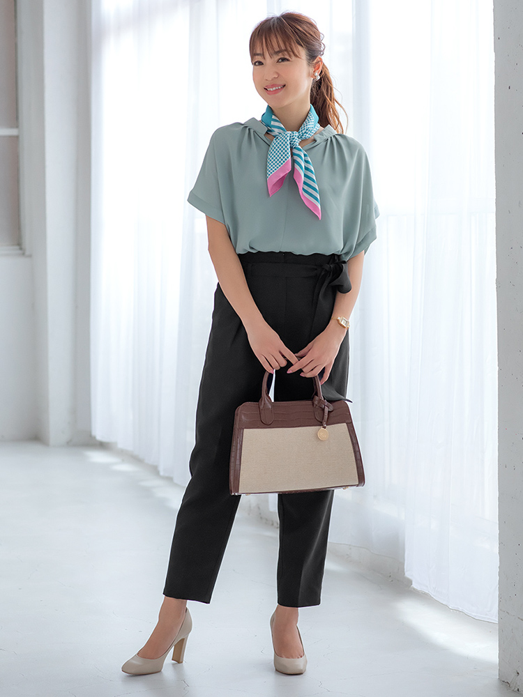 「淡い色のとろみトップスを涼やかなブラックで凛と引き締めて。シンプルなオンタイムのパンツスタイルに今っぽさをプラスしてくれるスカーフをON。顔まわりに華やかさを与えてくれます」(スタイリスト・坂野陽子さん)