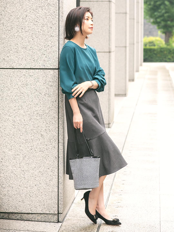 「ニュアンスグリーンが美しいブラウスを、斜めの切り替えでさりげなくレディな小技を効かせたスカートでエレガントに。シックなムードにほんのりと大人のフェミニティが漂う着こなしは、オフィスでも好印象を与えてくれそう」(スタイリスト・坂野陽子さん)