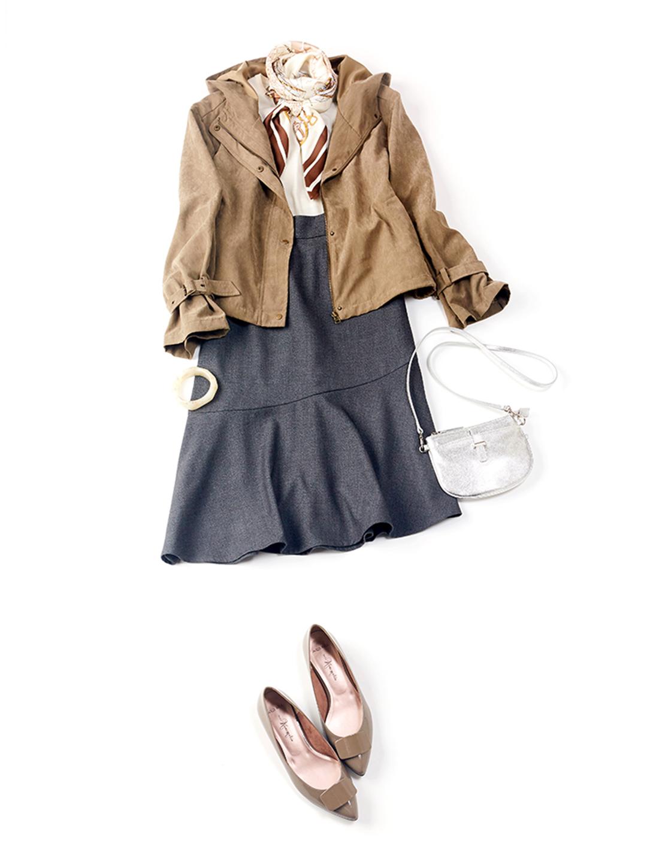 「休日のお出かけシーンはアシメスカートにマウンテンパーカで、女っぽさをキープしつつサラッと軽快に。スカーフをポイントに効かせたフレンチカジュアルな装いは、全体のカラートーンを抑えているからどこかシックな印象」(スタイリスト・坂野陽子さん)