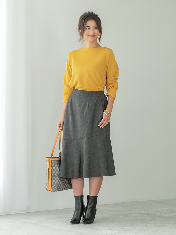 「すっきりと開いたボートネックが顔周りを知的にまとめてくれるカットソーは、オフィスカジュアルな装いにも対応可能。アシンメトリーな切り替えがさりげなくレディライクなスカートで、女性らしいポイントをオンして」(スタイリスト・坂野陽子さん)