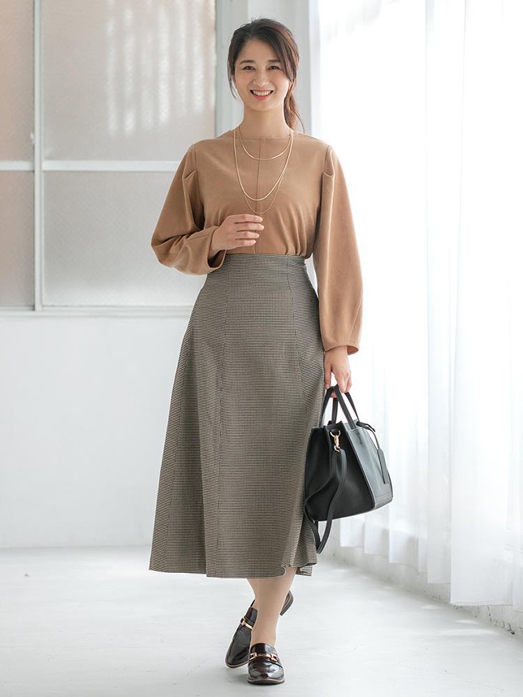 「キャメル〜ブラウンへと色を繋いだ柔和なカラーリングは、胸元に存在感のあるネックレスを加えてポイントに。女性らしいクラシカルムードなスカートはあえて足元はマニッシュにハズしを効かせて」(スタイリスト・杉本知香さん)