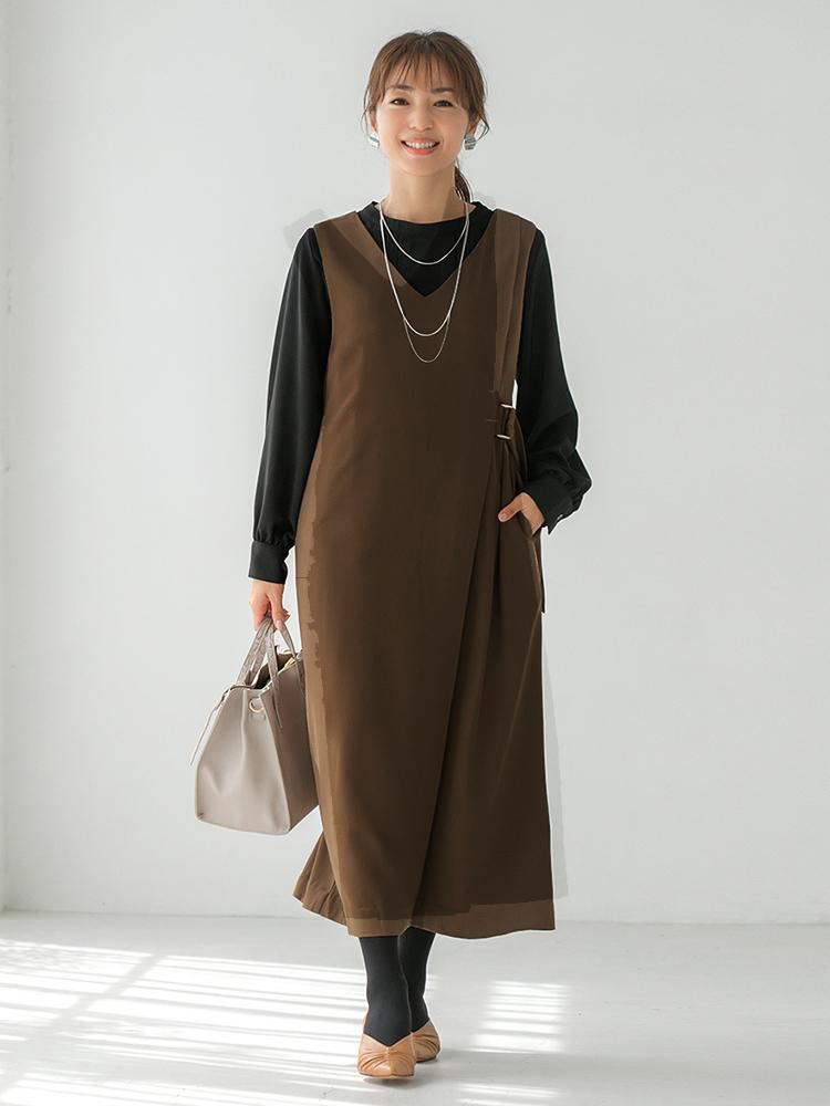 「華やかなネックレスやきちんと見えのするバッグをチョイスして、ジャンパースカートをお仕事モードへと昇華。黒ブラウスがオフィシャル感アップに大きく貢献してくれます。足元も旬色のキャメルでリンクさせると鮮度がググッとアップします」(スタイリスト・杉本知香さん)