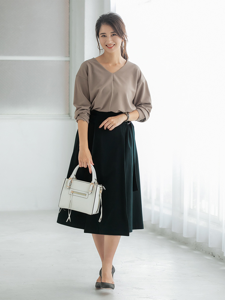 「こっくりとした深みのあるスカートのグリーンが活きるよう、トップスやシューズには柔らかなカラーをセレクト。明るめバッグで軽やかさをひとさじ添えれば、通勤シーンでも女性らしい垢抜け感を演出できるはず」(スタイリスト・坂野陽子さん)