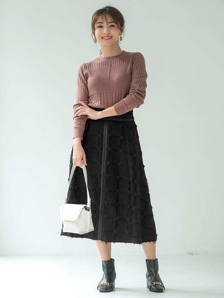 「コンパクトなニットに合わせても表情豊かなスカートをすっきりとリッチにまとめて、シャープさの中に甘さのあるスタイルへ。プレーンな足元だと少しさみしいので、ひとひねりのあるビット付きブーツで小粋なカジュアルで印象的に」(スタイリスト・坂野陽子さん)