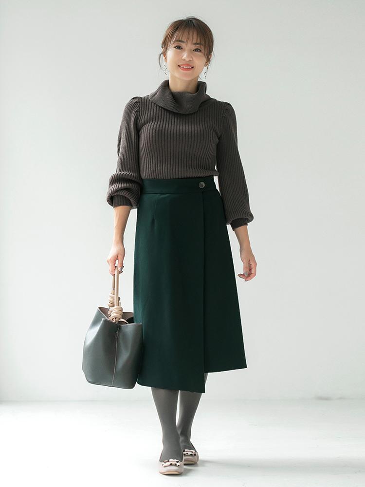 「タイト&フレアシルエットはスタイルアップ効果も。セミフレアなのでスカートスタイルでも凛とした印象に仕上がります。バッグと足元をシックなトーンを繋げて、スカートのグリーンを引き立たせました」(スタイリスト・坂野陽子さん)