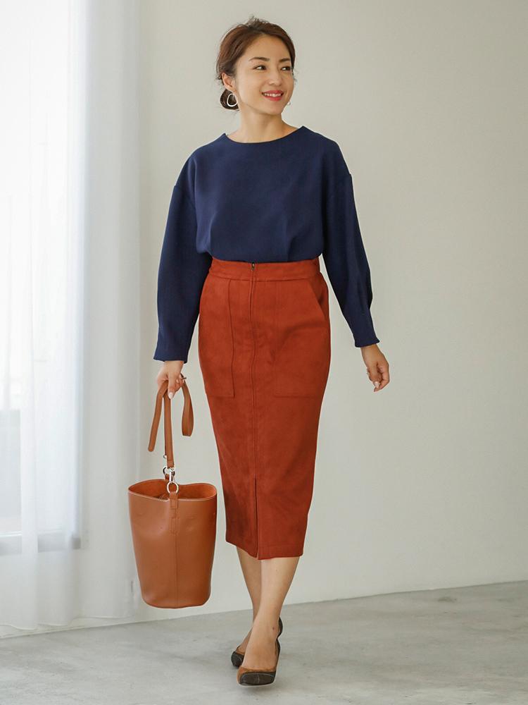 「オレンジが強めな今シーズンらしいブリックカラーのスカートは、エコスウェードで素材感もシーズンらしさたっぷり。ネイビーのカットソーで知的にまとめながらブラウンカラーの小物で全体を馴染ませた、街で存在感のあるに着こなしに」(スタイリスト・坂野陽子さん)