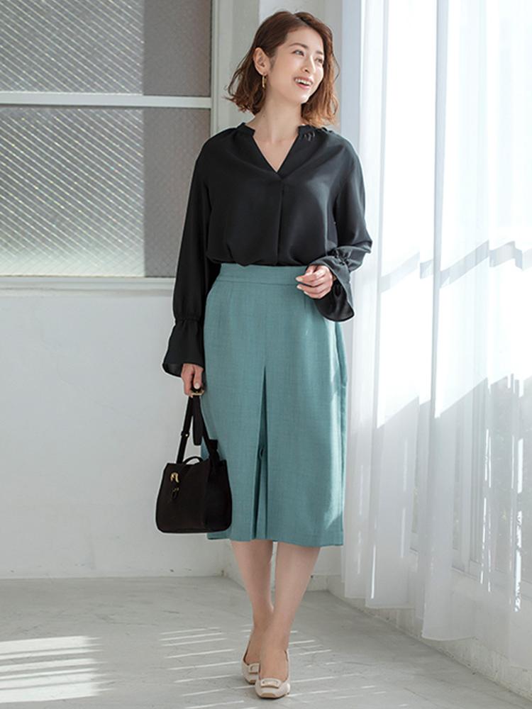 「綺麗色スカートをキリリとしたブラックで引き締めたメリハリ配色で、甘さひかえめのお仕事スタイルが完成。あえて小物も黒とベージュでまとめることで、スカートの魅力を最大限に活かしてあか抜けさせます」(スタイリスト・坂野陽子さん)