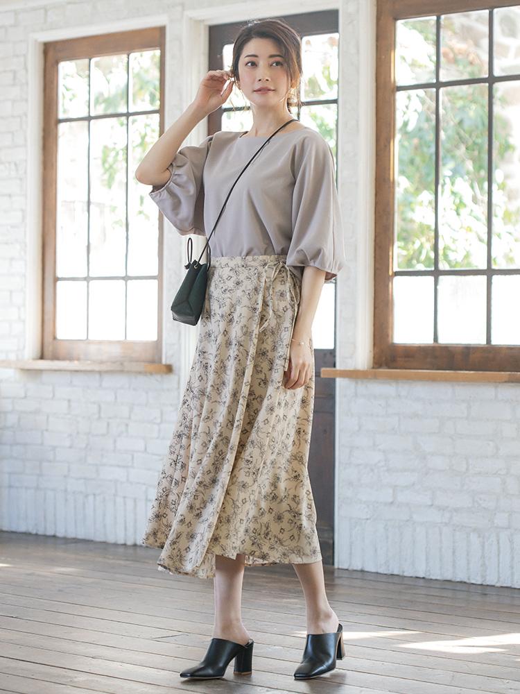「甘さのあるフラワースカートはニュアンシーなグレートップスで洗練された表情に格上げ。バッグとサンダルのブラックがキリリと全体を引き締めて、ガーリーさの中にも意思のあるスタイルへ導いてくれます(スタイリスト・坂野陽子さん)