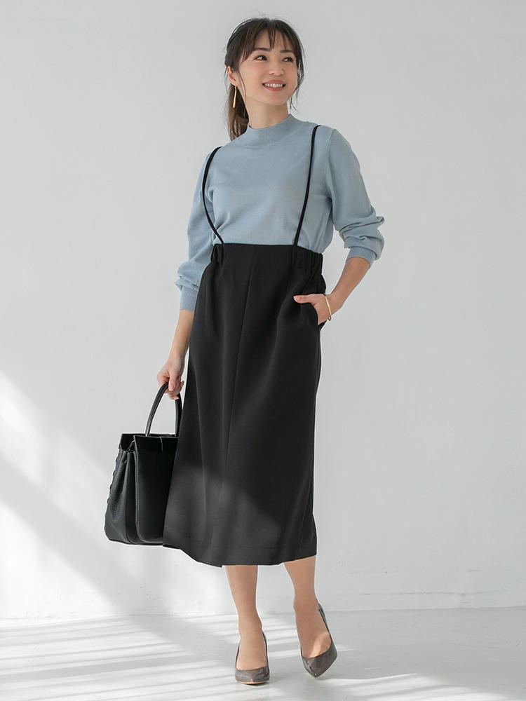 「シンプルニット×タイトスカートなのに地味にならないのは、カラーコントラストとスカートのひとひねりデザインのおかげ。トップスの綺麗なブルーを主役にして、色を控えめに引き算するのがシンプルモードの成功法則です」(スタイリスト・坂野陽子さん)
