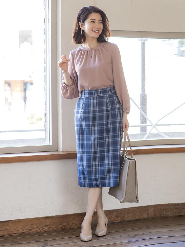 「クリーンなブルーチェックカラーのタイトスカートは、少し長めのミディ丈ならトレンド感もアピールできます。とろみ素材のブラウスで女性らしくまとめながらグレージュの小物で全体を馴染ませて、きちんと感もキープした着こなしに」(スタイリスト・坂野陽子さん)